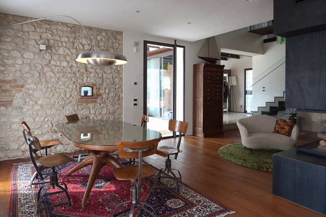 Foto di Soggiorno in stile in stile Eclettico : Living room: contrast between Italian vintage ...