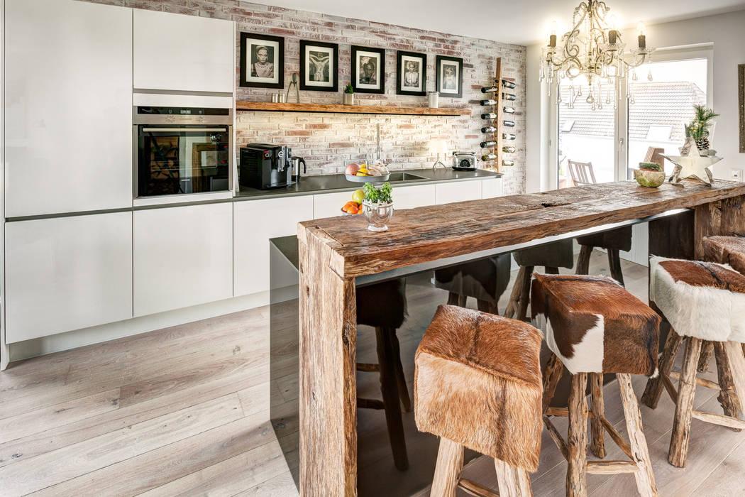Küche mit hoher Decke und Eichenholz Schränken