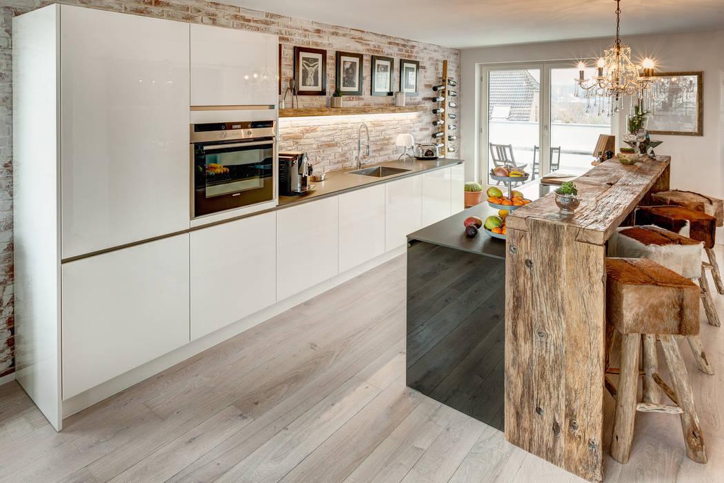 Moderne Landhausküche mit Arbeitsplatte aus Holz