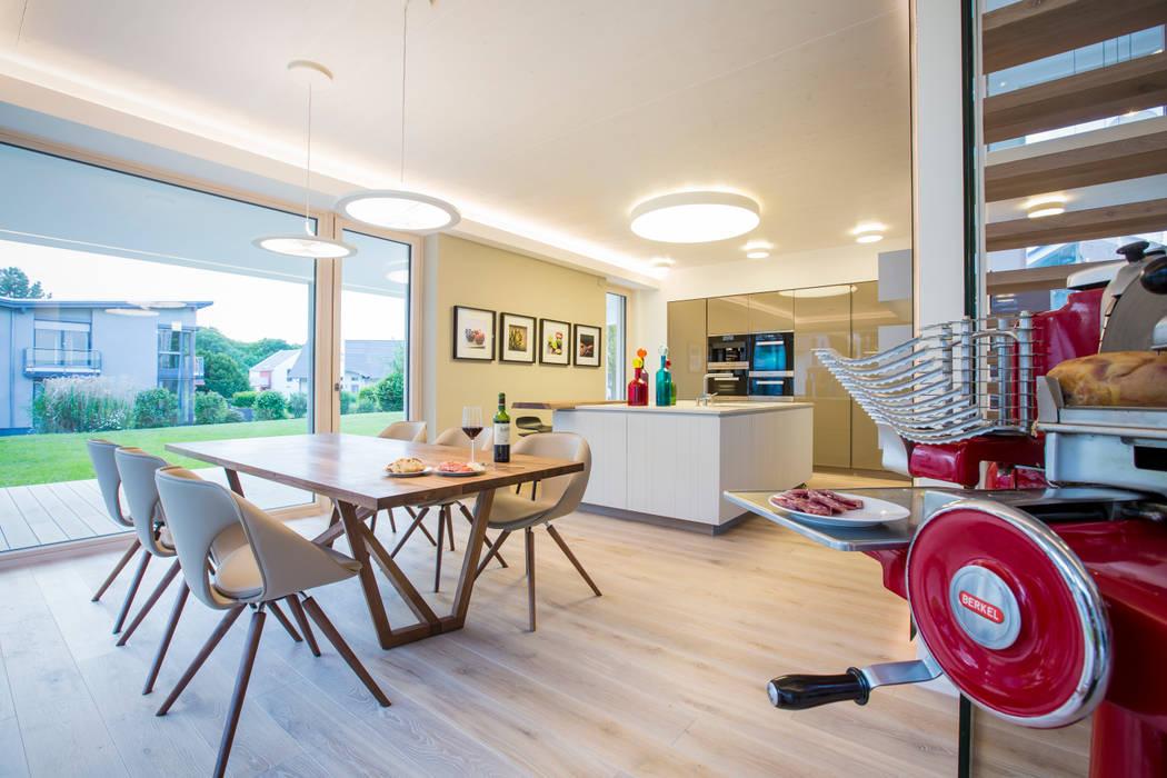 modern Dining room by Die HausManufaktur GmbH