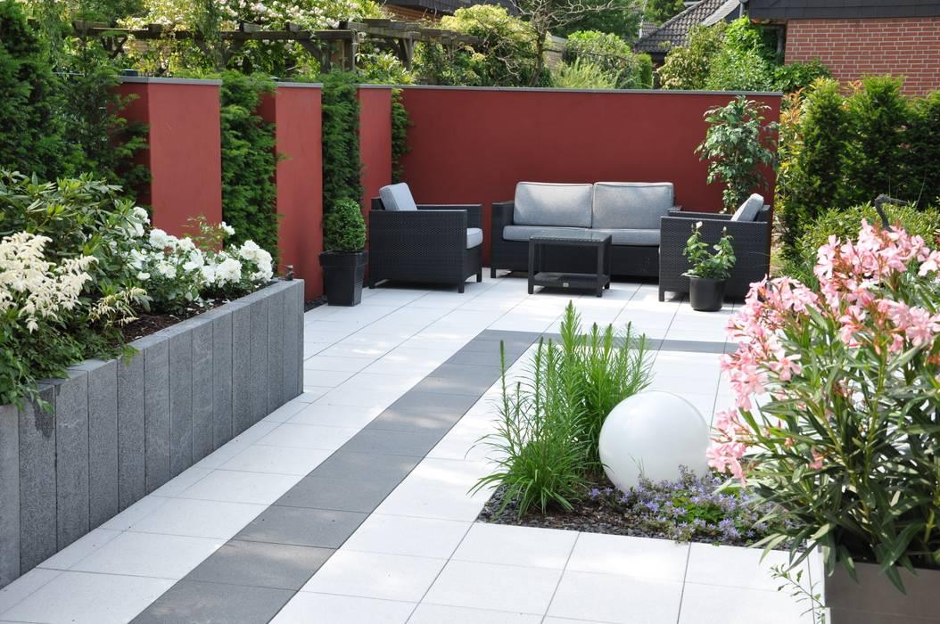 Moderner garten bilder rote mauerscheiben im wechsel mit for Gartengestaltung 700 qm