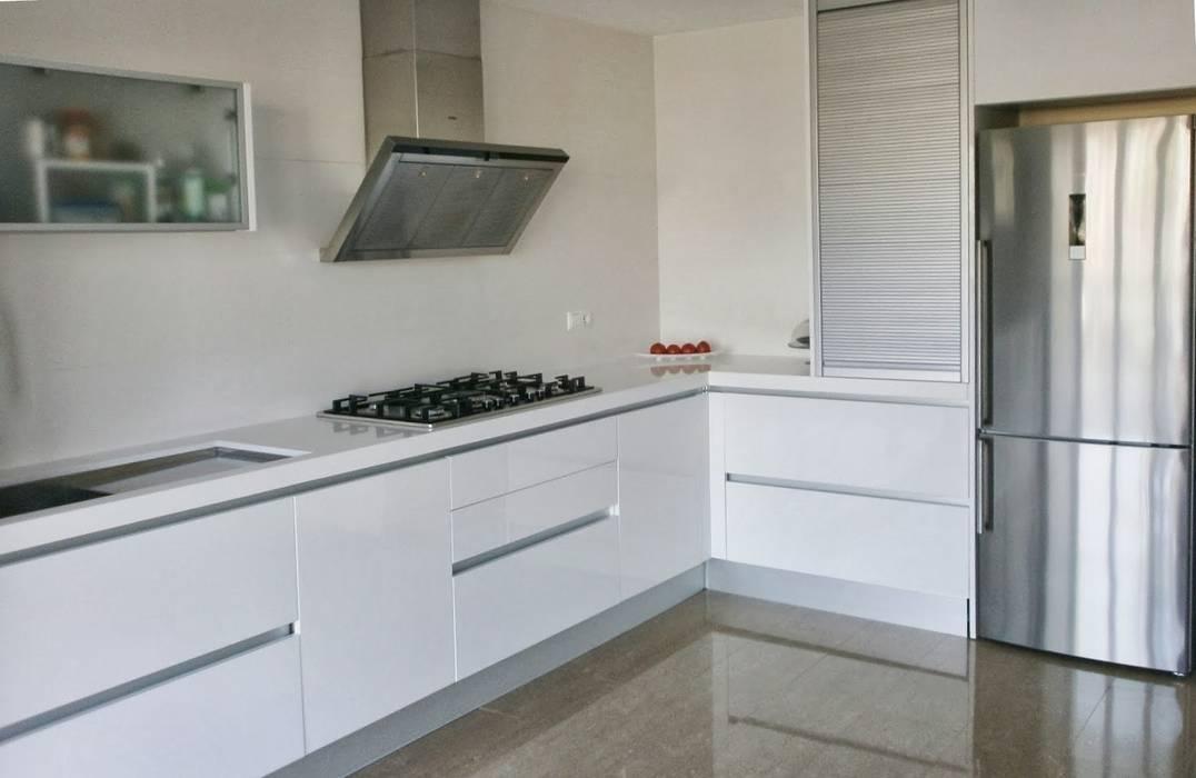 Fotos de cocinas de estilo minimalista cocina en acabado - Cocinas minimalistas blancas ...