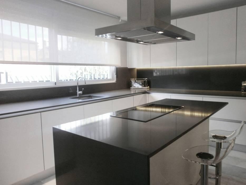 Fotos de cocinas de estilo minimalista cocina en acabado for Cocinas blancas y grises fotos