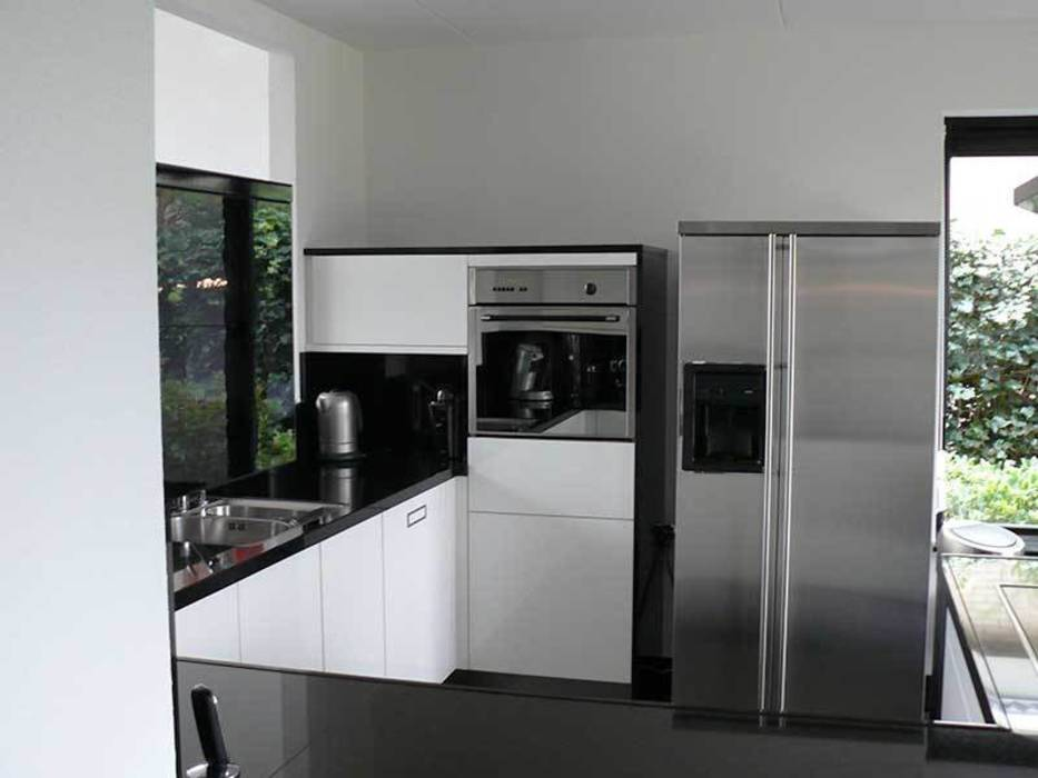 Zwart wit Keuken: moderne Keuken door DIEVORM B.V.