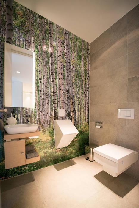 ... raumgroßem Birkenwaldmotiv: moderne Badezimmer von FLOW.Architektur