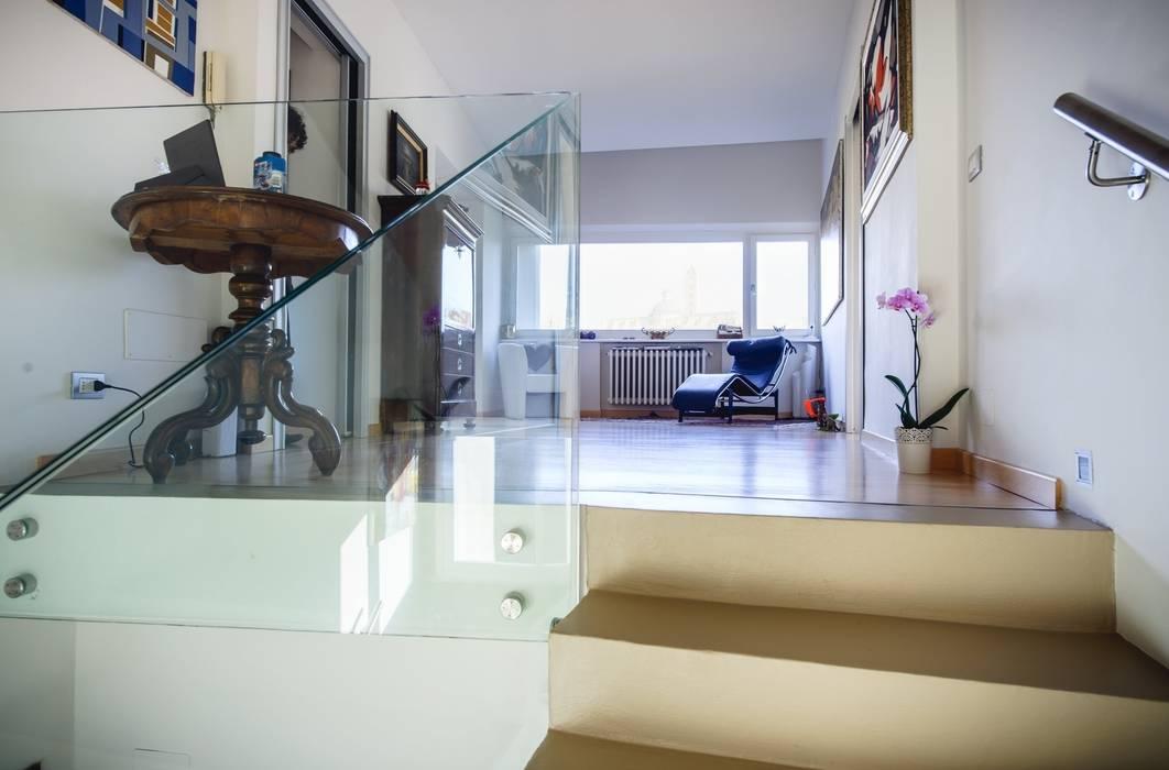 Foto di ingresso corridoio scale in stile in stile for Arredare pianerottolo scale