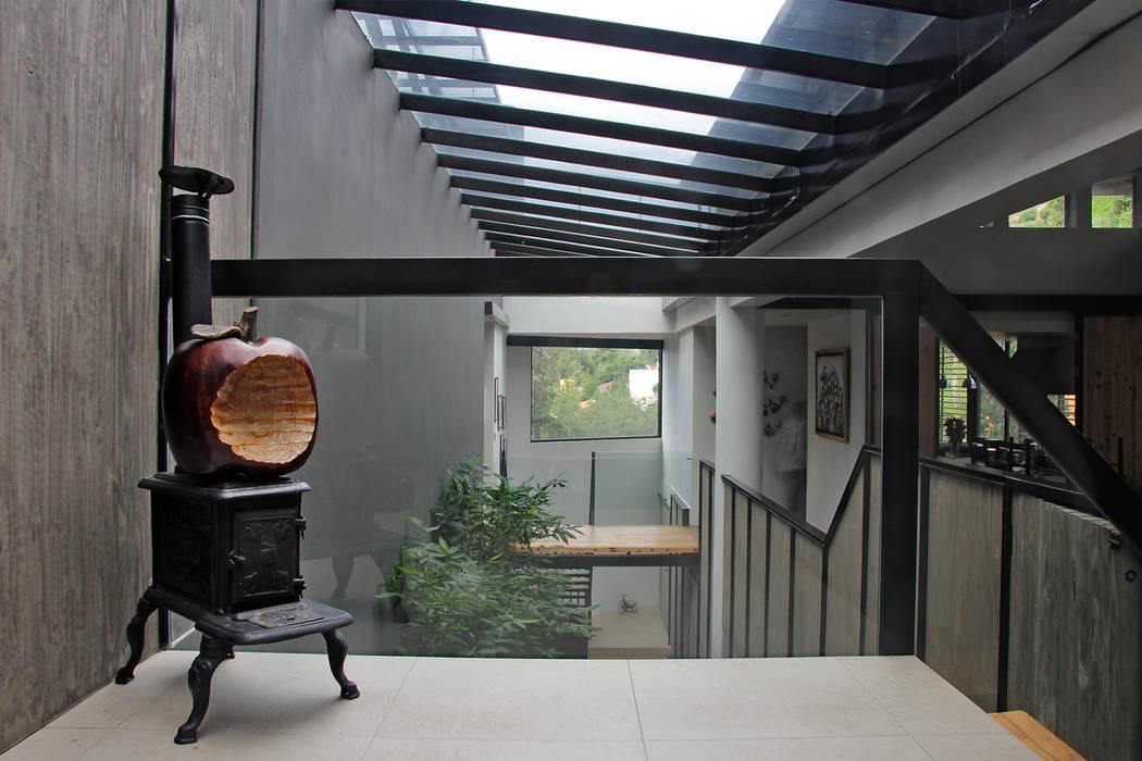 Casa GS: Pasillo, hall y escaleras de estilo translation missing: mx.style.pasillo-hall-y-escaleras.moderno por Iluminarq