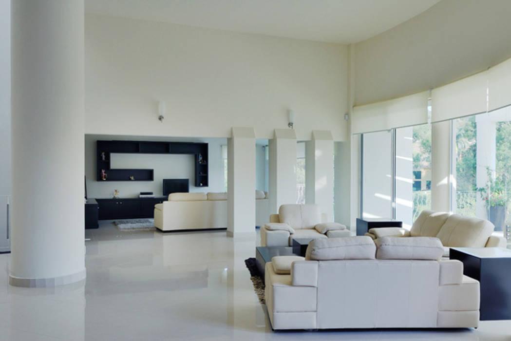 ESTANCIA: Salas multimedia de estilo moderno por Excelencia en Diseño