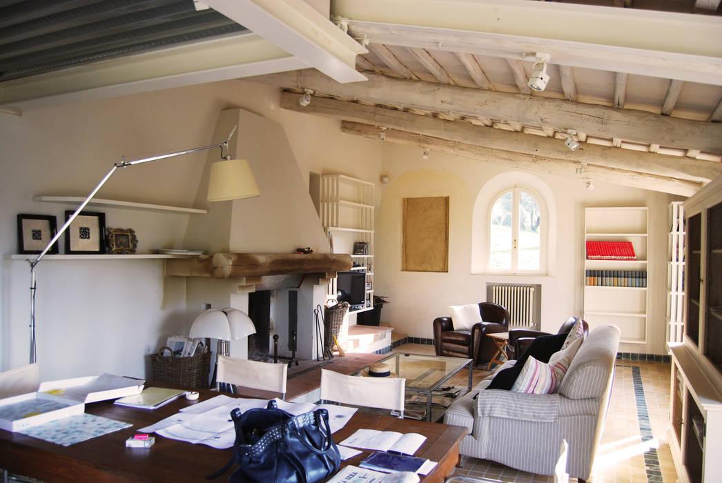 Foto di soggiorno in stile in stile rustico casale in for Soggiorno in stile country francese