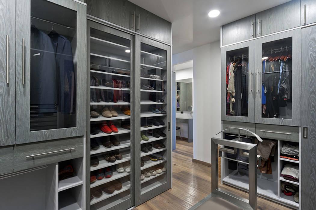 Fotos de vestidores y closets de estilo moderno for Closet modernos para hombres