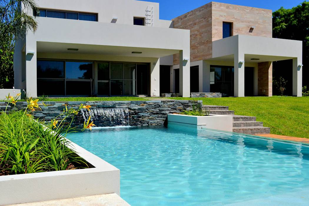Fotos de piletas de estilo moderno piscinas familiares for Patios modernos con piscina