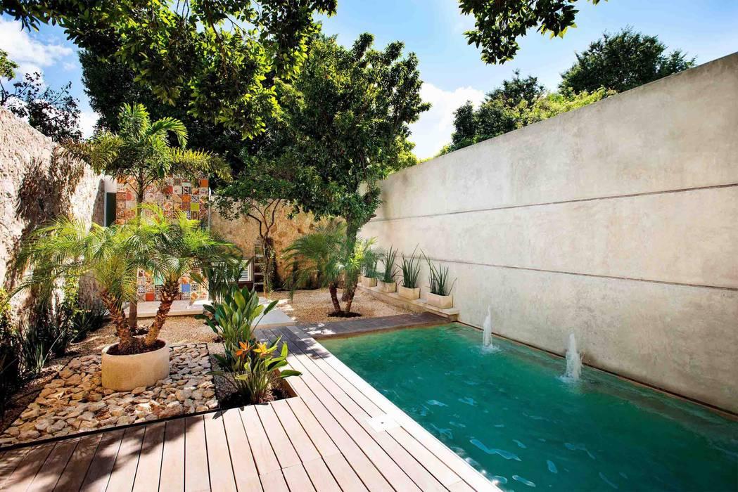 Fotos de albercas de estilo moderno patio b h45 homify Disenos de albercas en patios pequenos