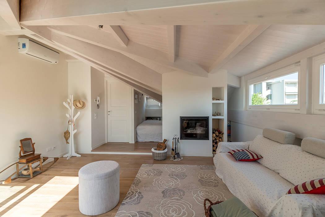 Foto di soggiorno in stile in stile moderno romantica - Idee arredamento mansarda ...