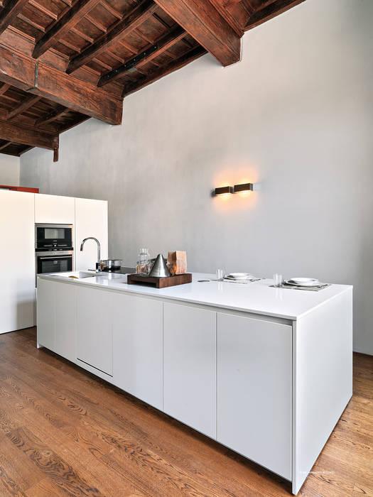 Appartamento in centro storico: Cucina in stile in stile Moderno di studio antonio perrone architetto