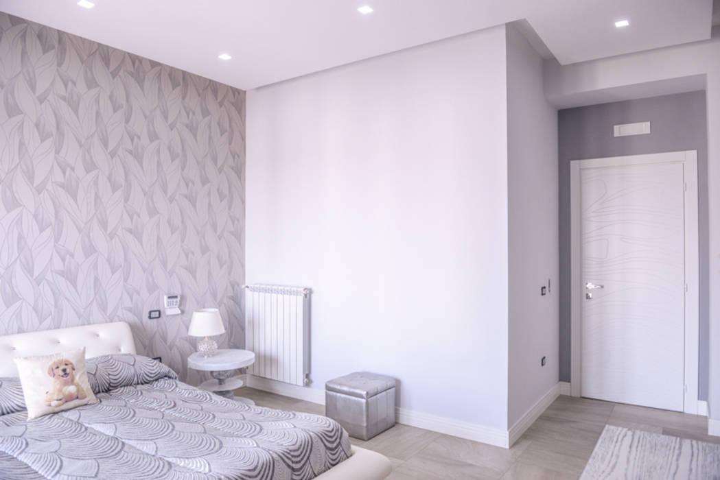 a casa di Leonardo e Iole: Camera da letto in stile in stile Moderno di yesHome