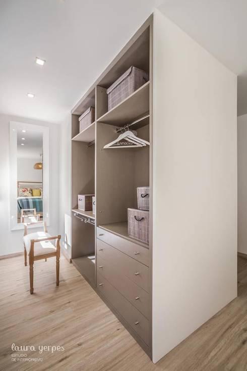 Closets modernos por Laura Yerpes Estudio de Interiorismo