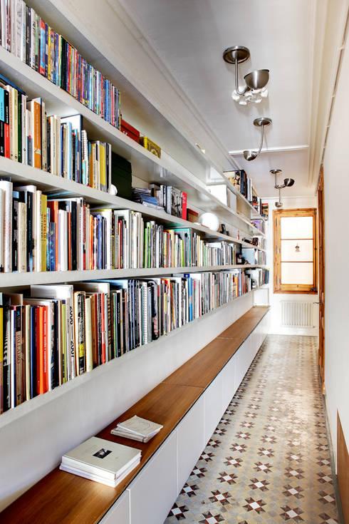 Pasillo - Biblioteca Reforma Consell de Cent: Pasillos, vestíbulos y escaleras de estilo de Anna & Eugeni Bach