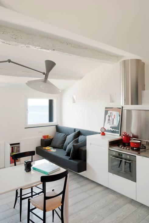 offene Küche in Weiß mit schwarzen Akzenten   Hocker und Wandregal
