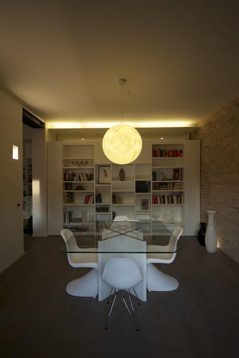 Una moderna sala da pranzo for Sala pranzo libreria