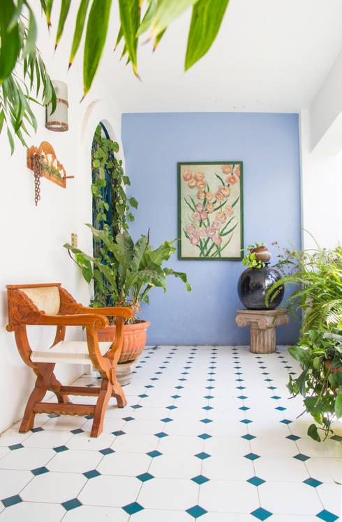 Pasillos, vestíbulos y escaleras de estilo ecléctico por Mikkael Kreis Architects