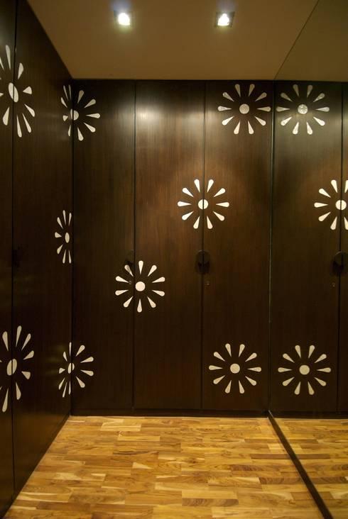 Puertas y ventanas de estilo minimalista por The Ashleys