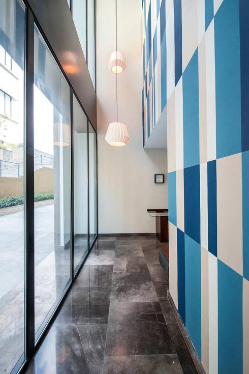 6 consejos para decorar pasillos estrechos - Pintar pasillo moderno ...