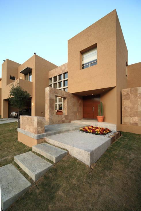12 entradas escalonadas para que tengas una fachada fabulosa for Casas con escaleras por dentro