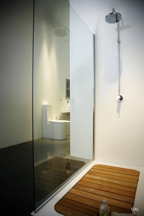 piatto doccia filo pavimento con doghe in legno: Bagno in stile in ...