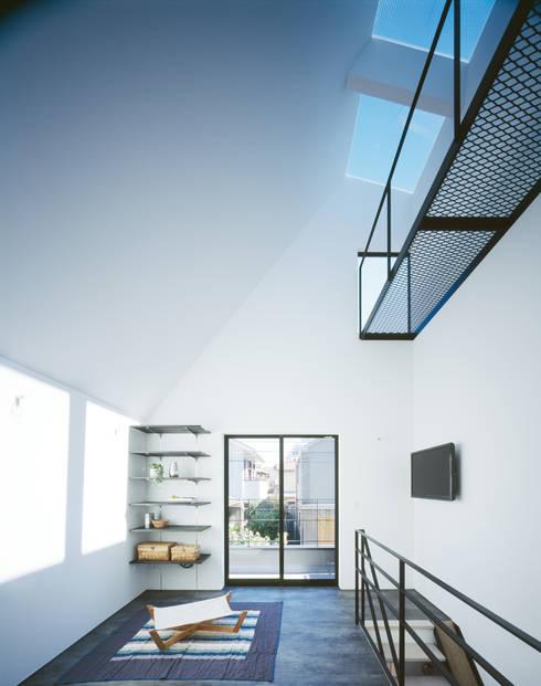 2階 リビング: 高橋直子建築設計事務所が手掛けたtranslation missing: jp.style.リビング.minimalistリビングです。