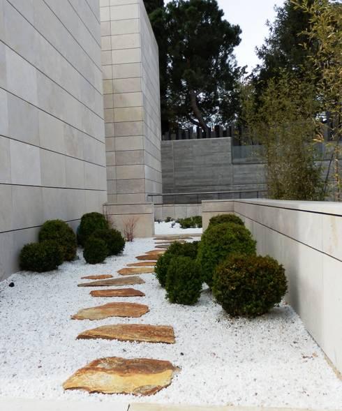 4 jardines modernos con sus planos para inspirarte for Patios con piedras decorativas