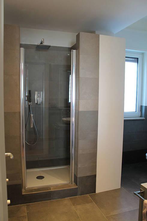 Appartamento in Bari - Sfumature di grigio in bagno: Bagno in stile in ...