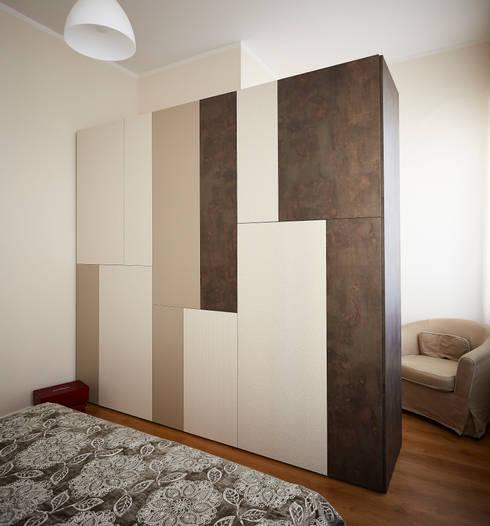 Armadio: Camera da letto in stile in stile Moderno di Diciassette ...