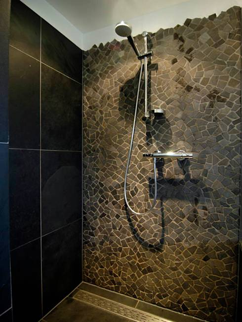 Badkamer Vloertegels Mozaiek : Brokkelrand in douche moderne badkamer ...