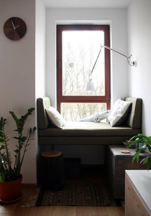nad kanałkiem: styl translation missing: pl.style.salon.skandynawski, w kategorii Salon zaprojektowany przez JJJASKOLA ARCHITEKCI