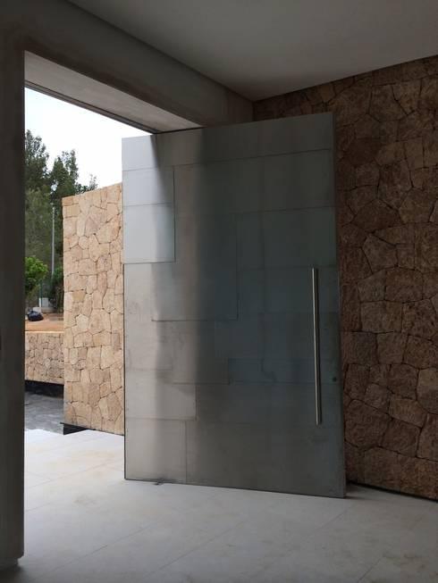 6 ideas de puertas y portones para casas modernas for Disenos de puertas para casas modernas