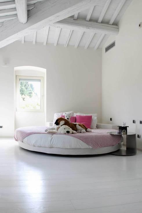 Ristrutturazione casa colonica: Camera da letto in stile in stile ...