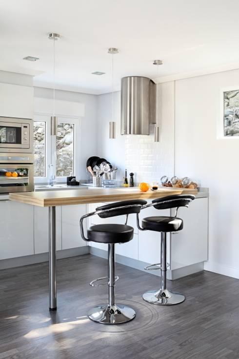 5 cocinas modernas peque as - Cocinas con peninsula y mesa ...