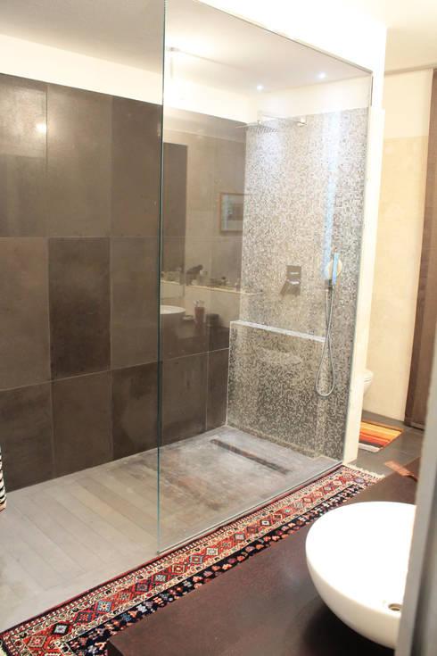 Doccia bagno padronale: Bagno in stile in stile Moderno di Zenith ...