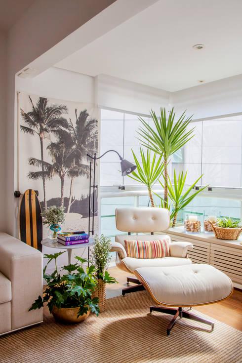 Livings de estilo topical por Helô Marques Associados