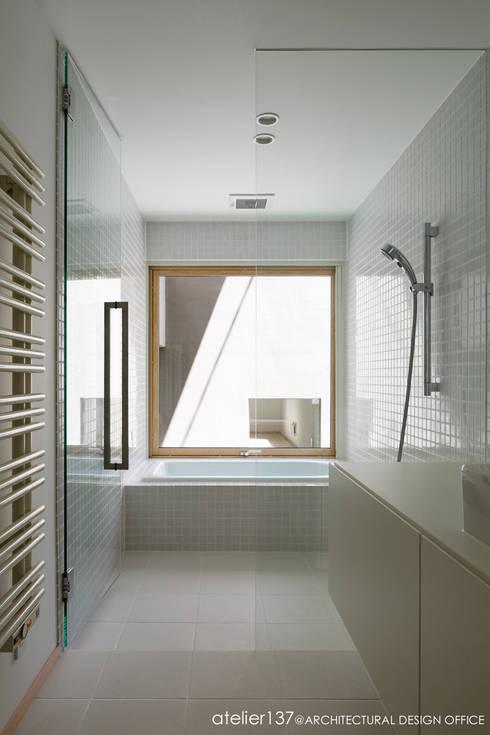 031軽井沢Tさんの家: atelier137 ARCHITECTURAL DESIGN OFFICEが手掛けたtranslation missing: jp.style.洗面所-お風呂-トイレ.modern洗面所/お風呂/トイレです。