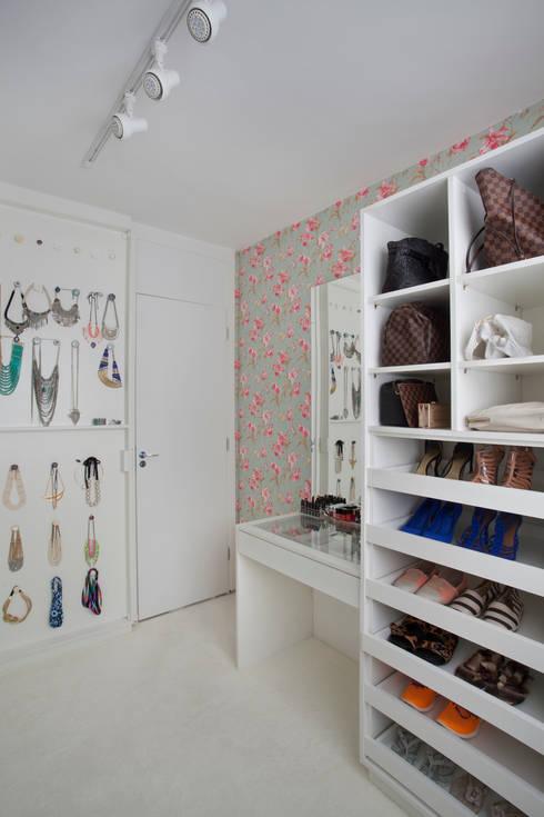 Closets modernos por Carolina Mendonça Projetos de Arquitetura e Interiores LTDA