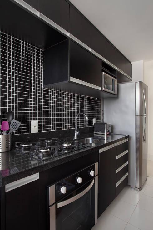 Cocinas de estilo moderno por Carolina Mendonça Projetos de Arquitetura e Interiores LTDA