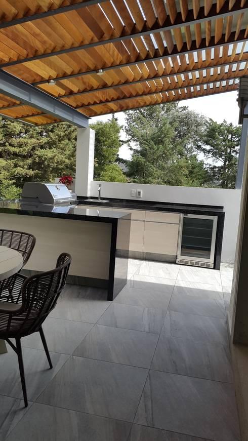 Capulín: Terrazas de estilo translation missing: mx.style.terrazas.moderno por InteriorEs Silvana McColgan