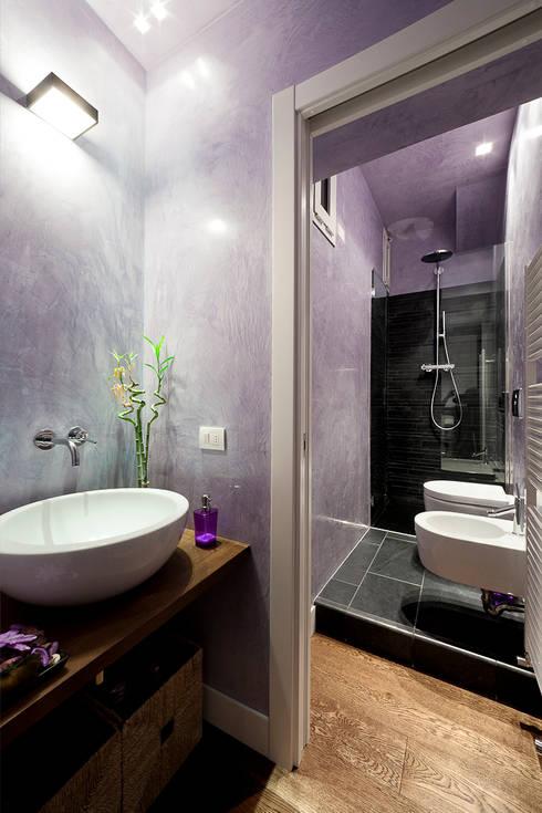 Baño Portatil Pequeno:Baños de estilo minimalista por 23bassi studio di architettura