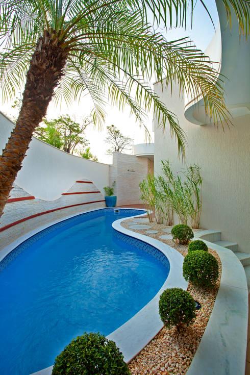 6 ideias para ter uma piscina no quintal pequeno Fotos de patios de casas pequenas