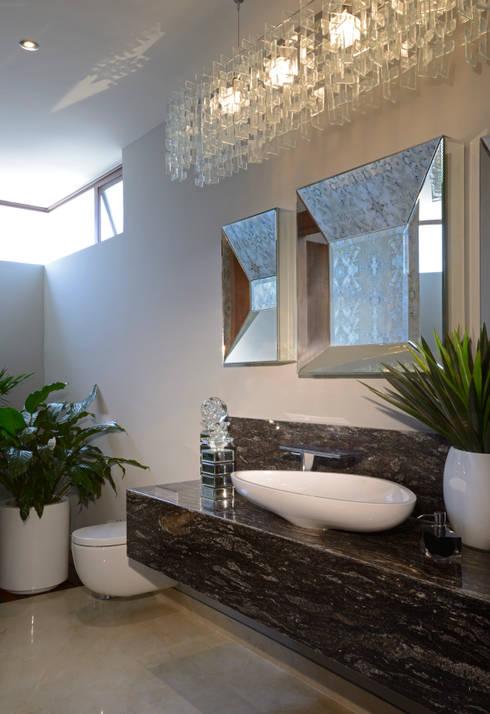 Baño Casa GL: Baños de estilo translation missing: mx.style.baños.moderno por VICTORIA PLASENCIA INTERIORISMO
