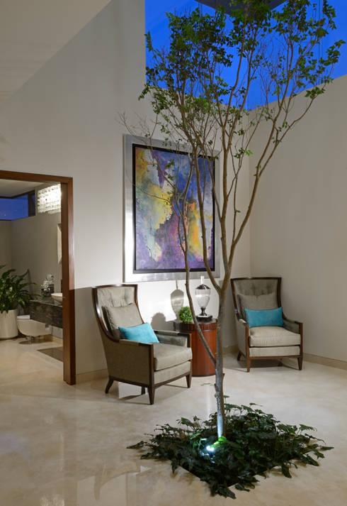 Recibidor Casa GL: Pasillo, hall y escaleras de estilo translation missing: mx.style.pasillo-hall-y-escaleras.moderno por VICTORIA PLASENCIA INTERIORISMO