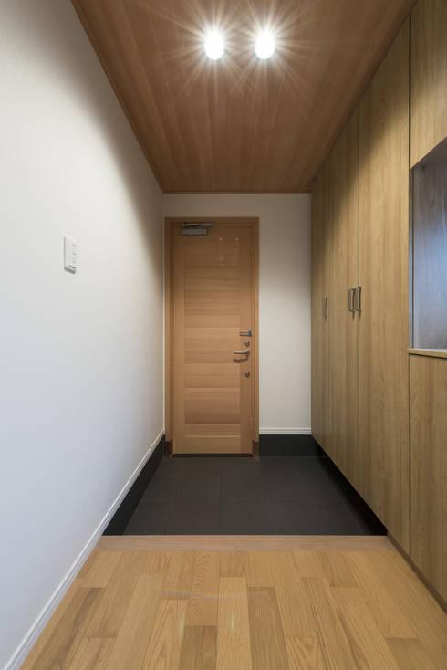 modern Corridor, hallway & stairs by 岡本建築設計室