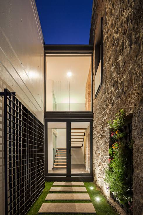 Asombrosa casa moderna integrada en un pueblo rural for Casa minimalista barcelona capital