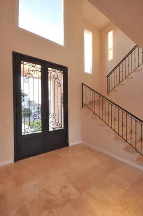 Una casa en la justa medida for Puerta para escalera